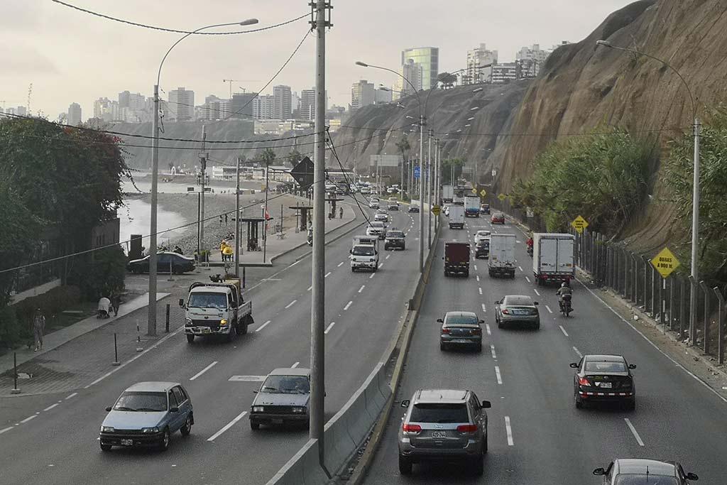 Typisch für das Verkehrschaos in Lima: sechsspurige Schnellstraße an der Strandpromenade von Miraflores