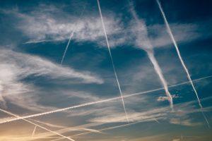 Ein Gewirr von Kondensstreifen durchzieht den Himmel. Die Wolkenbildungen sind mitverantwortlich für den Klimawandel