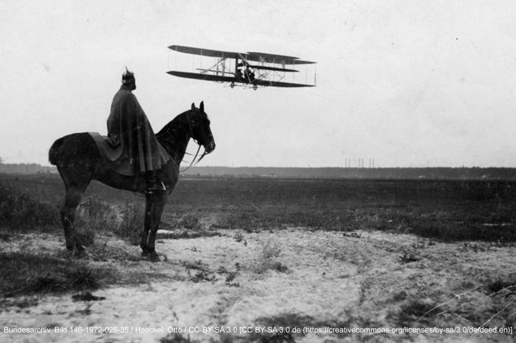Früher Flugverkehr: Der deutsche Flugpionier Paul Engelhard im Flug, Flugplatz Johannisthal bei Berlin, 1910 (historische Aufnahme)