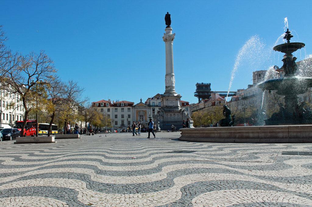 Der Rossio-Platz in Lissabon. Die Stadt gehört zu den touristischen Geheimtipps und Highlights für Reisende aus aller Welt.