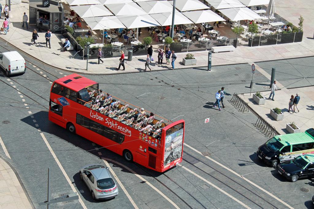 """Ein roter Doppeldecker mit der Aufschrift """"Sightseeing Lisbon"""""""