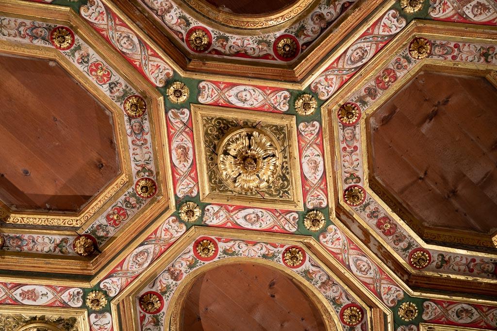 Eine geschnitzte und buntbemalte Kassettendecke im Palazzo dei Diamanti.