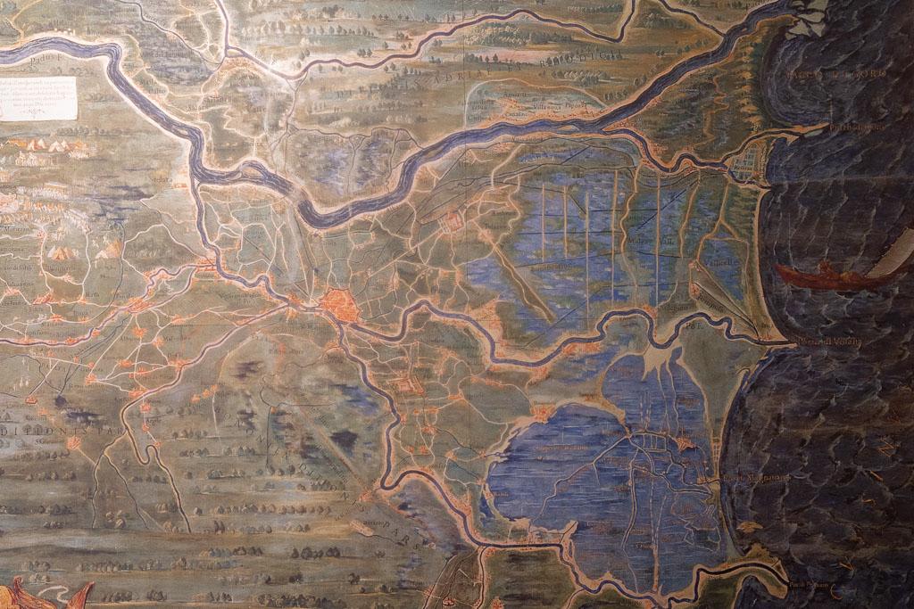 Eine Landkarte aus dem 16. Jahrhundert zeigt Ferrara mitten in der Po-Ebene. Der Fluss Po zieht sich in Kurven durch die Karte auf der rechten Seite die Adria-Küste.