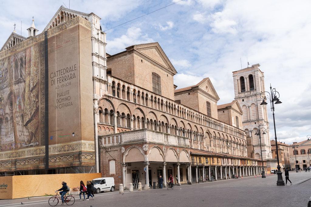 Die Kathedrale von Ferrara während einer Restaurierung.