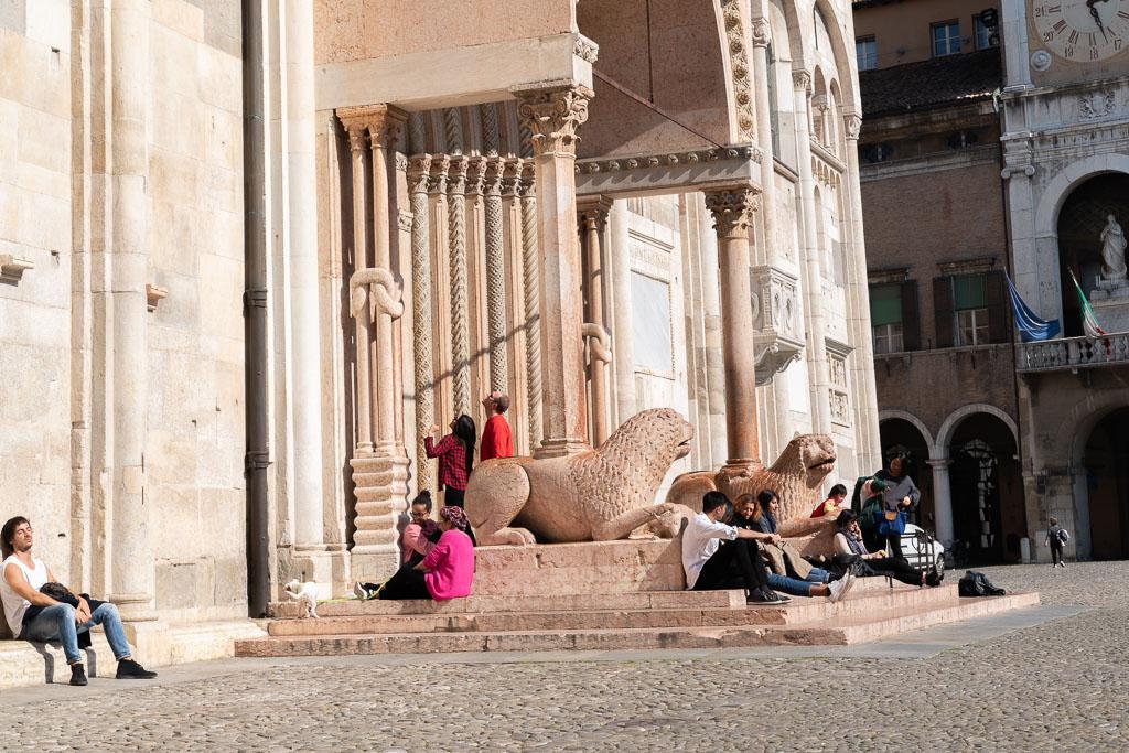 Löwen aus rotem Marmor flankieren einen Eingang in die Kathedrale von Modena.