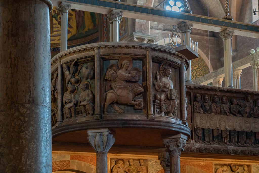 Die Kanzel in der Kathedrale von Modena ist mit vielen Reliefs geschmückt.
