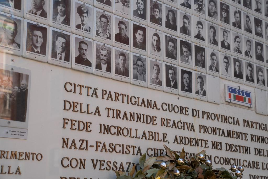 Gedenktafel mit den Foto-Porträts von Bürgern aus Modena.