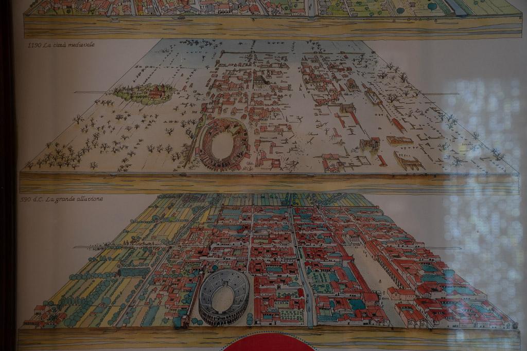 Schautafel der antiken Stadt Modena. Die Straßen schneiden sich im rechten Winkel.
