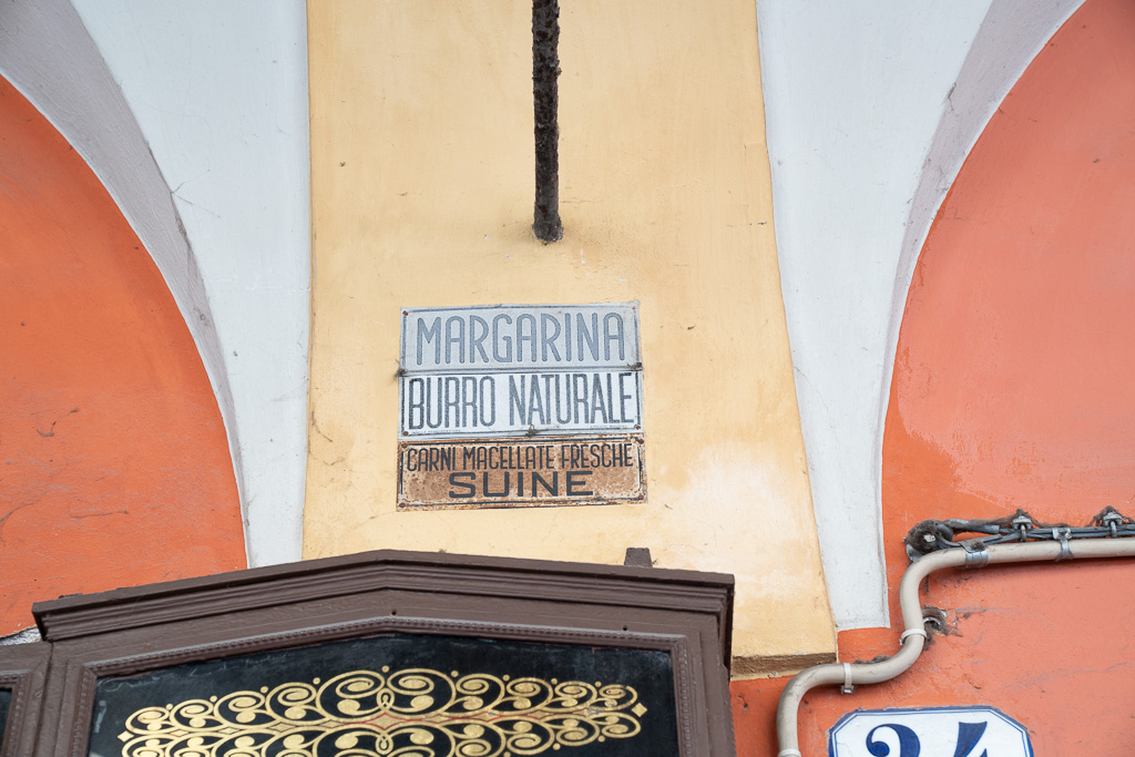 Altes Schild einer Schlachterei.