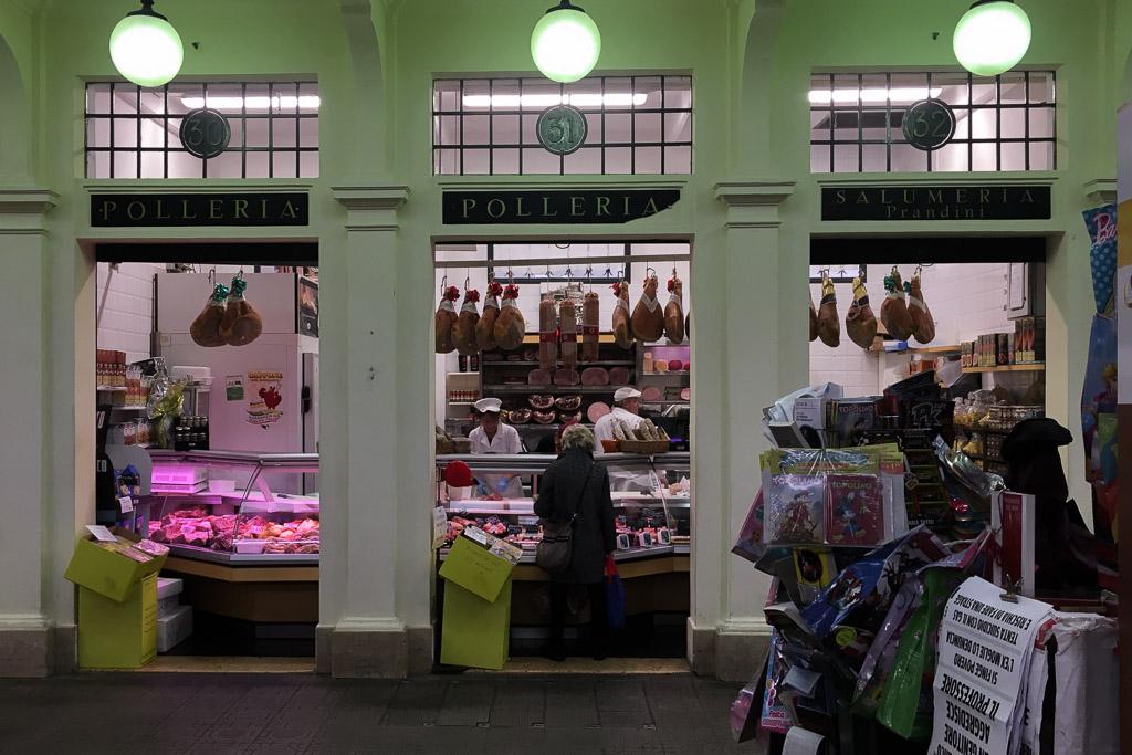 Fleischerei in der Markthalle von Modena.