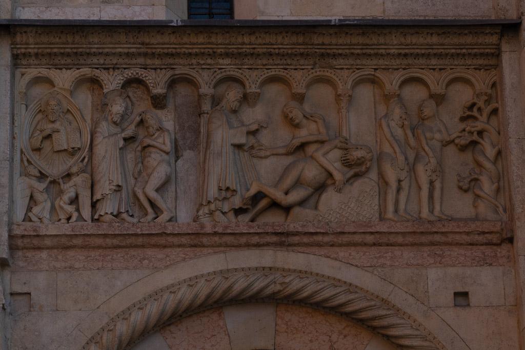 Adam und Eva oberhalb des Portals der Kathedrale von Modena.