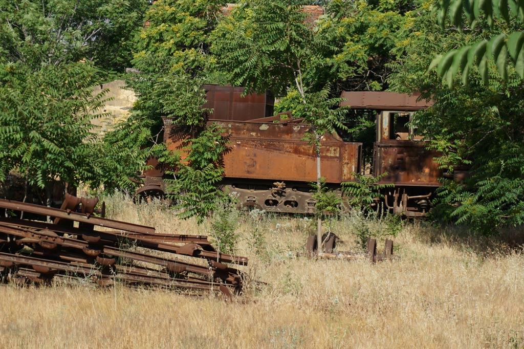 Verrrostete, von Gestrüpp überwucherte Lok auf dem Gelände der ehemaligen Lokfabrik Rayak, Libanon