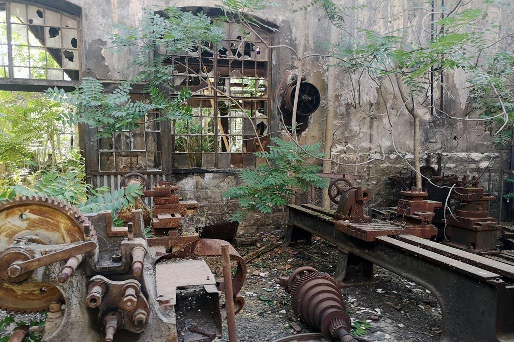 Libanon Reisetipp: Blick in die überwucherte Maschinenhalle der alten Eisenbahn Fabrik in Rayak