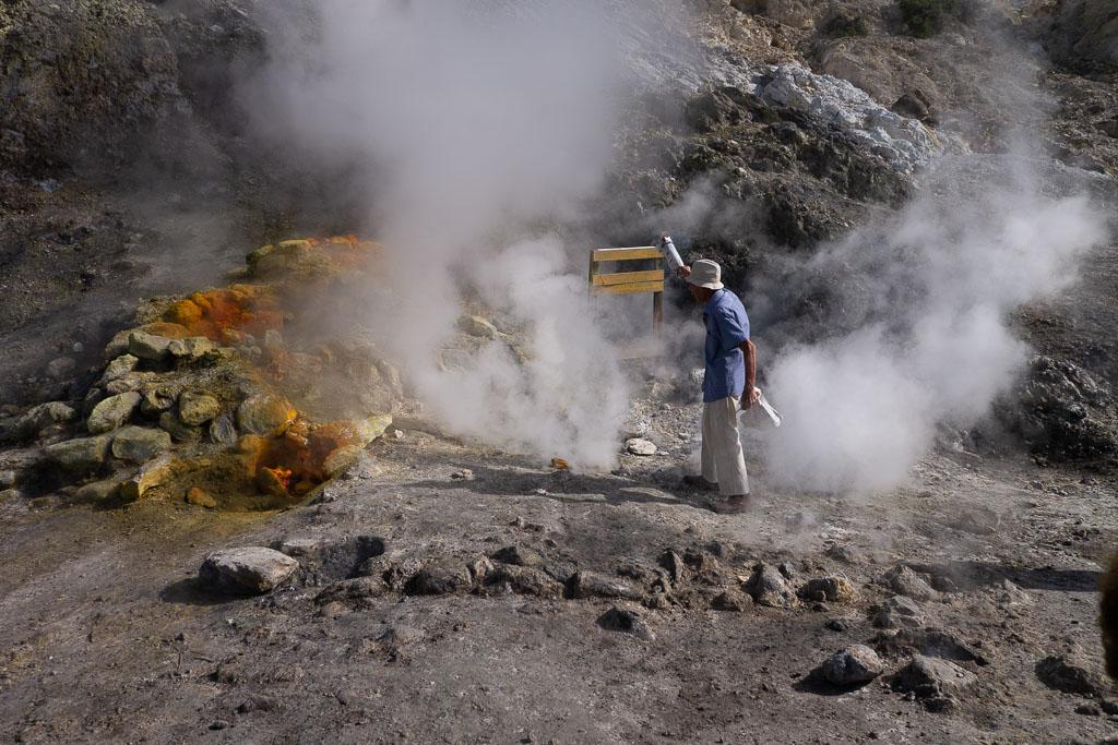 Dampfwolken im Kegel des Solfatara Vulkans in Pozzuoli.