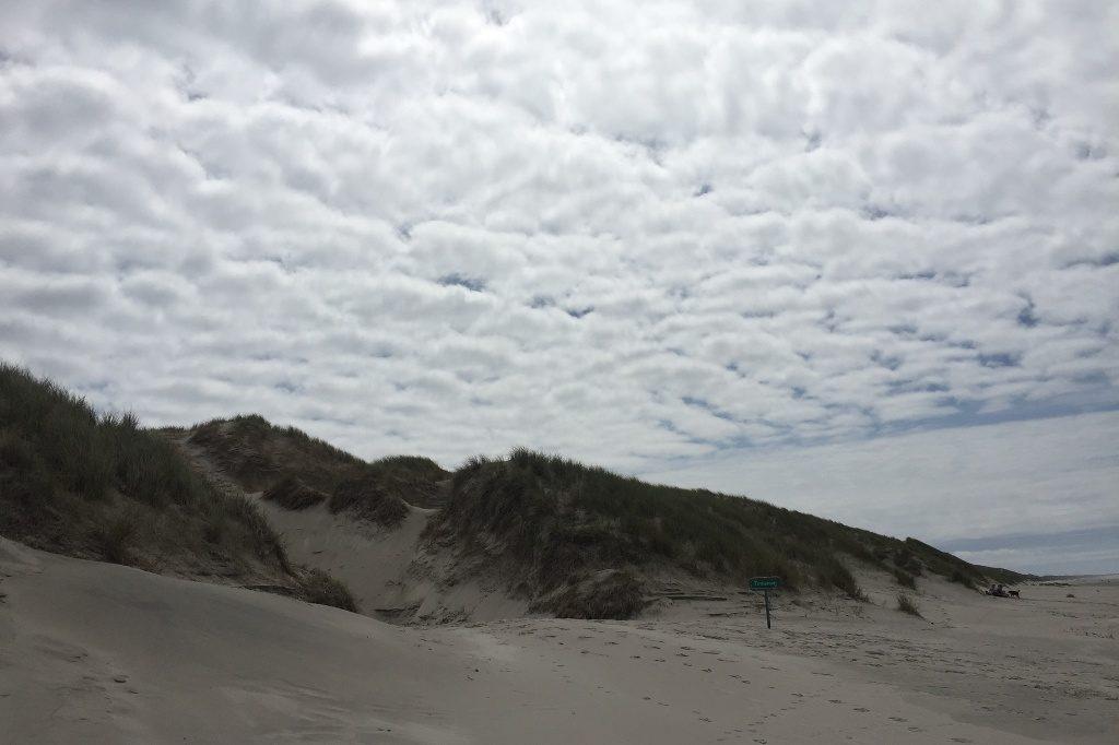 Der Himmel über der Westküste Dänemarks mit Wattewolken.