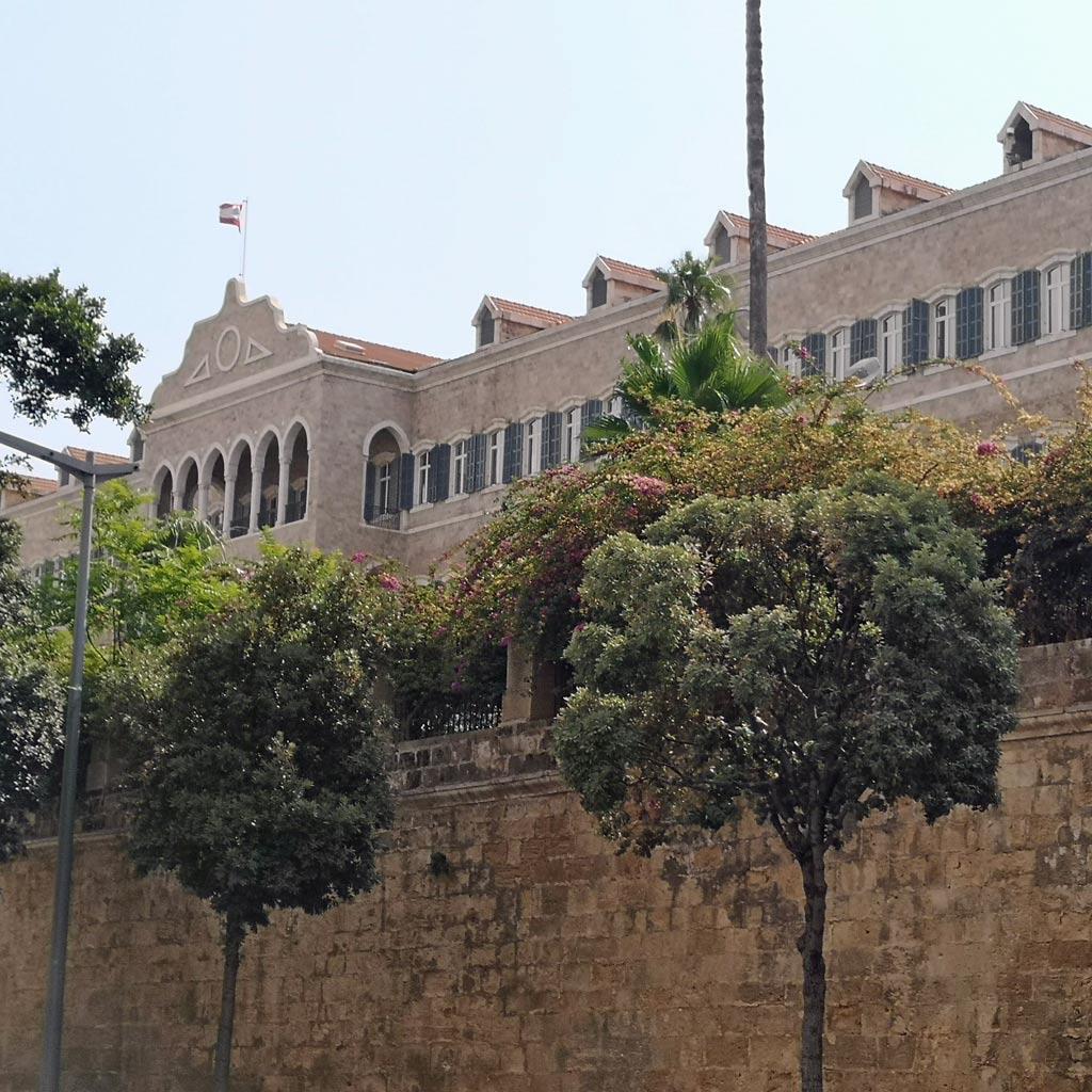 Hoch auf einem Hügel und abgeschirmt von der Öffentlichkeit liegt der massive, palastartige Quaderbau, in dem der libanesische Ministerpräsident residiert. Der Stadtspaziergang führt unterhalb daran vorbei.