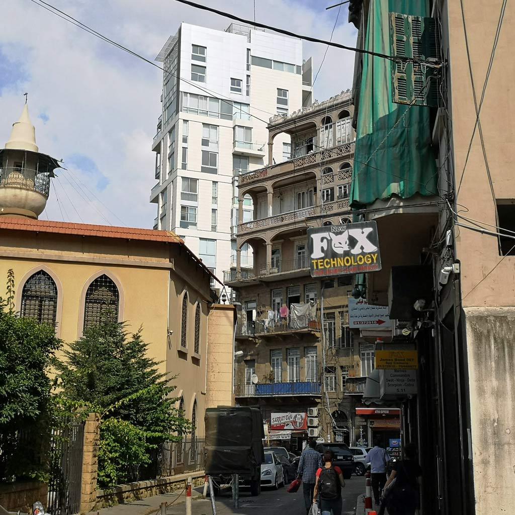 Schöne, aber marode Altbauten, eine Moschee, ein moderner Wohnturm, der alles überragt: Die alte Bausubstanz im Viertel Zoqaq el-Blat ist bedroht.