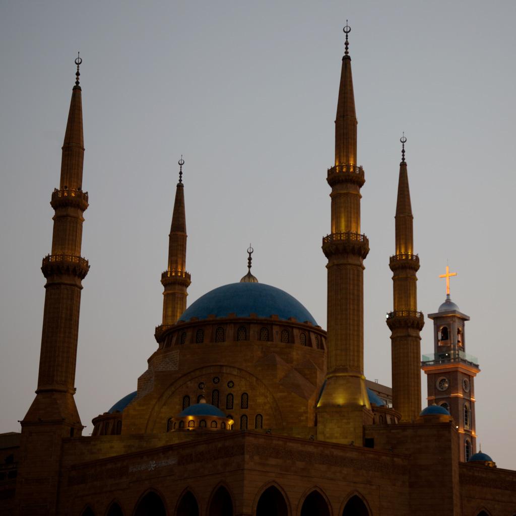Beirut Reisetipp: Abends sind die Minarette der Mohammed-al-Amin-Moschee und der Kirchturm von St. Gerorg schön angestrahlt.