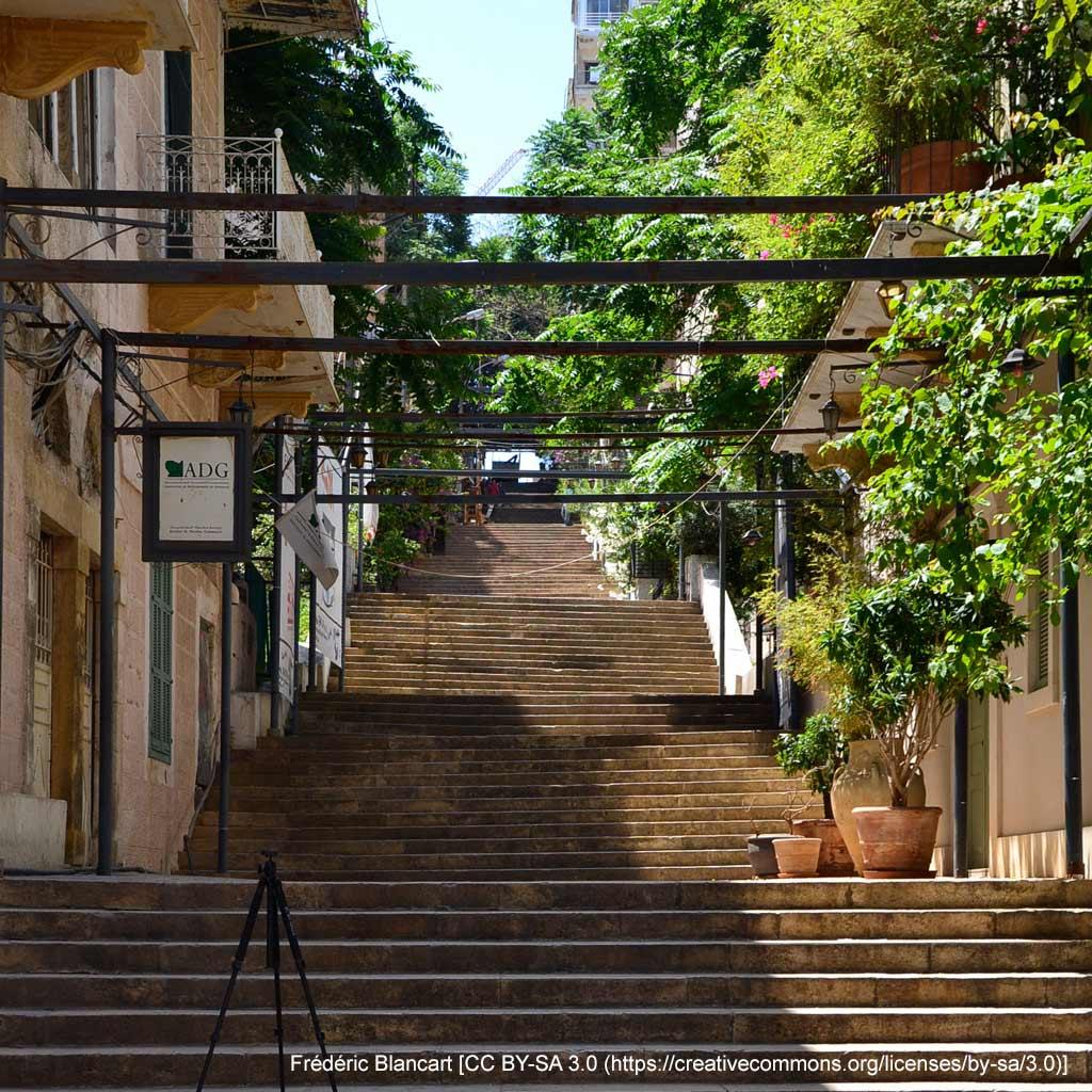 Die Treppe Saint-Nicolas verläuft direkt am Hotel Grand Meshmosh. Mit ihren 125 Stufen ist sie in Beirut eine Ausnahmeerscheinung und sollte auf deinem Stadtspaziergang durchs Zentrum nicht fehlen.