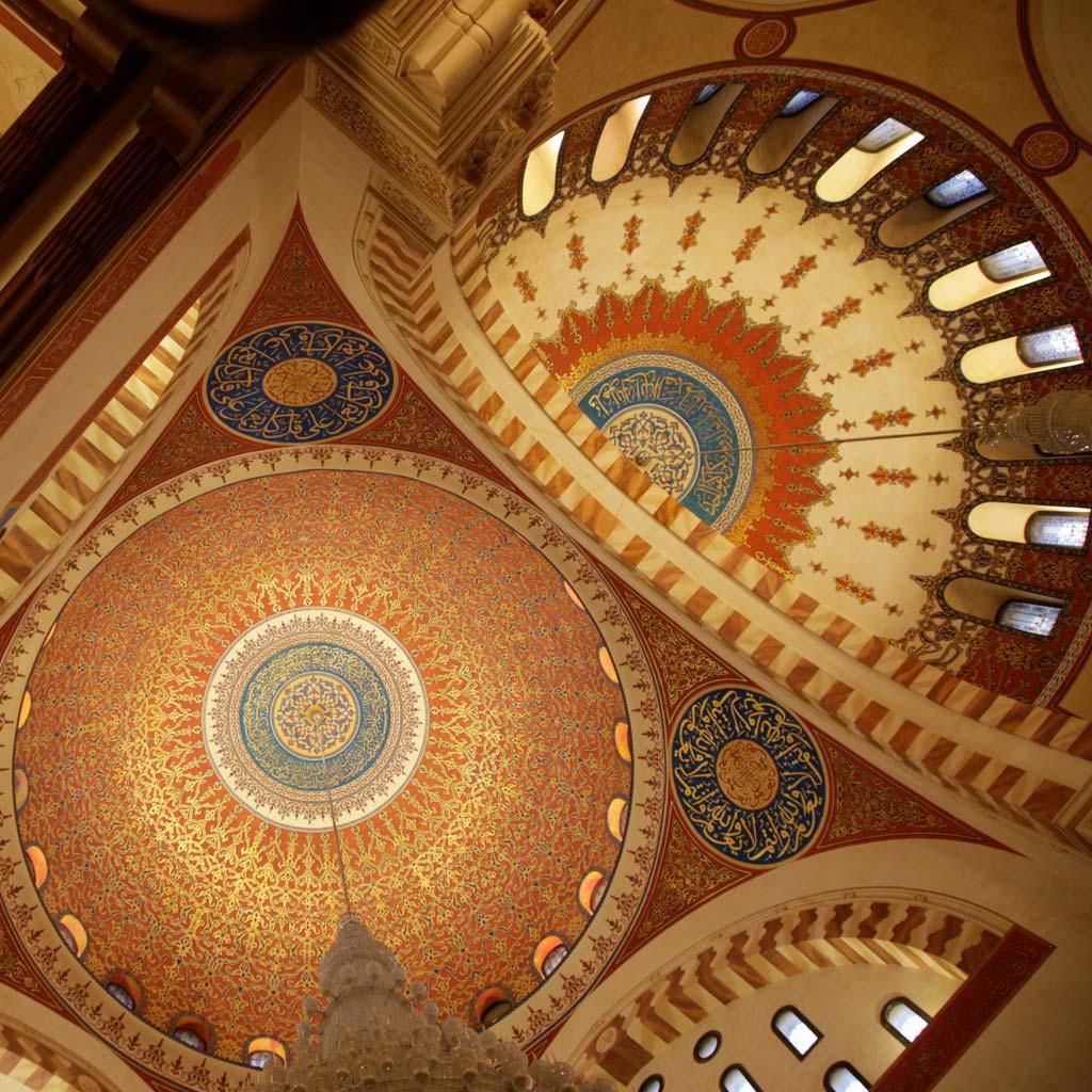 Blick von unten auf die 42 Meter hohe zentrale Kuppel der Mohammed-al-Amin-Moschee im Zentrum von Beirut. Ein besonderer Beirut Reisetipp: Die Moschee ist öffentlich zugänglich.