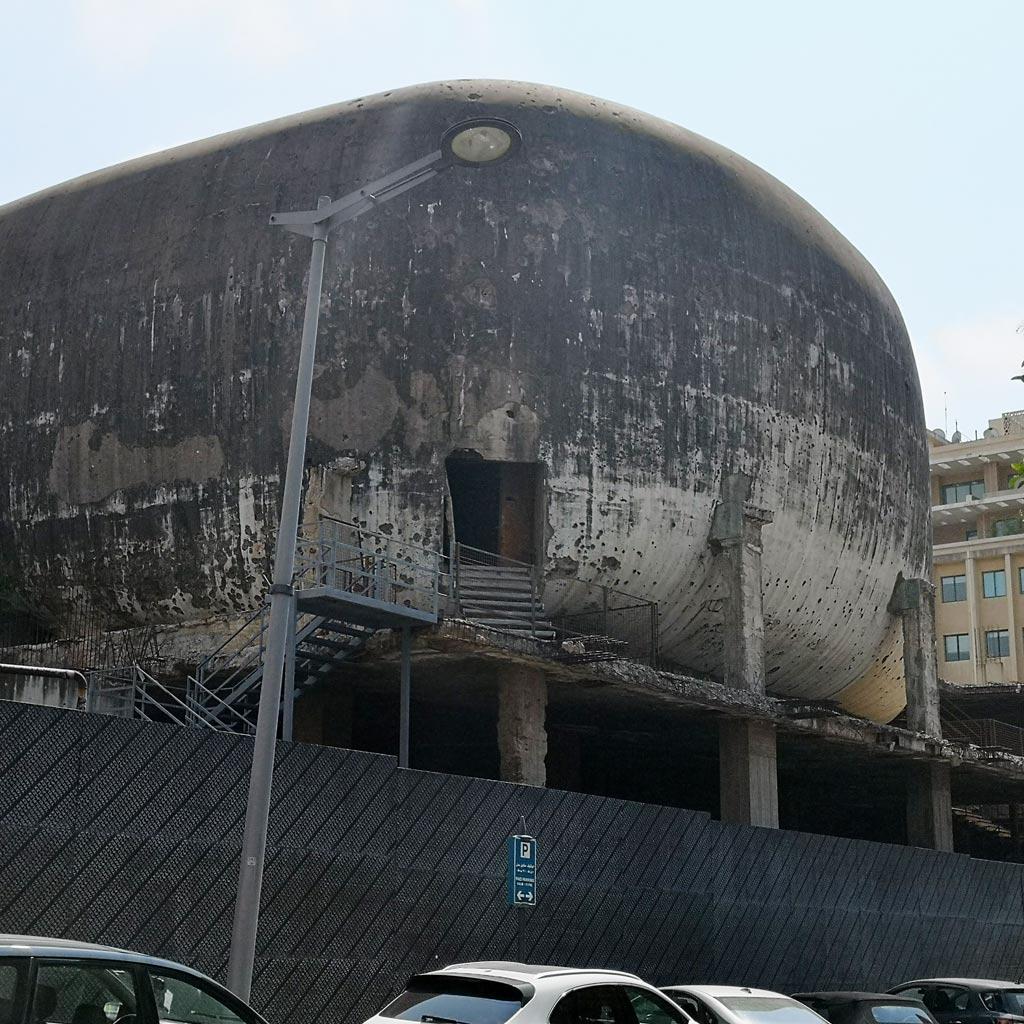 Wie lange sich dieser massive, bunkerartige Betonbau noch mitten im Zentrum von Beirut erhebt, ist unklar. Seine Geschichte als einziger Überrest des ehemaligen Zentrums macht ihn zu einem wichtigen Beirut Reisetipp.