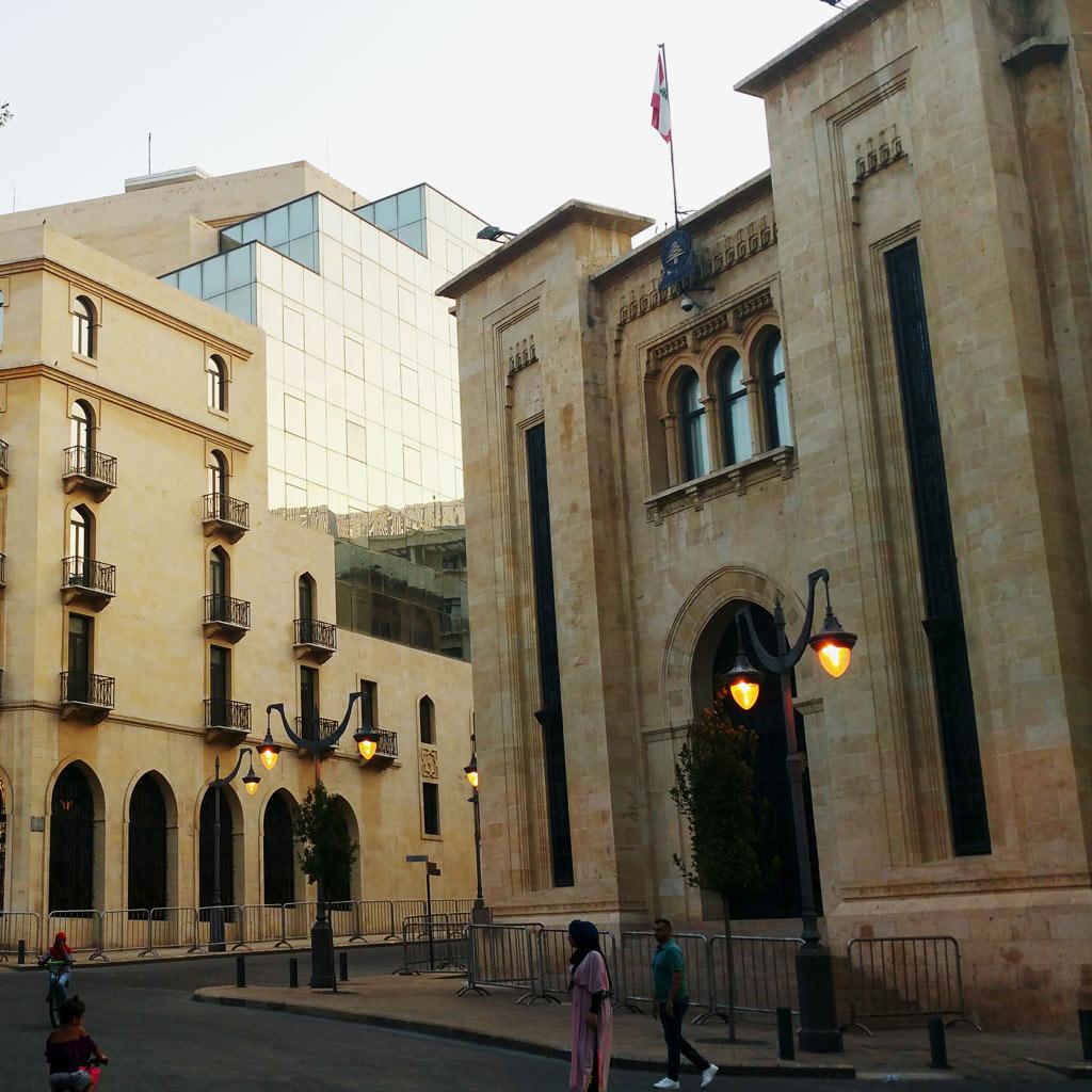 Abendstimmung vor der Art-Déco-Fassade der Beiruter Nationalversammlung.