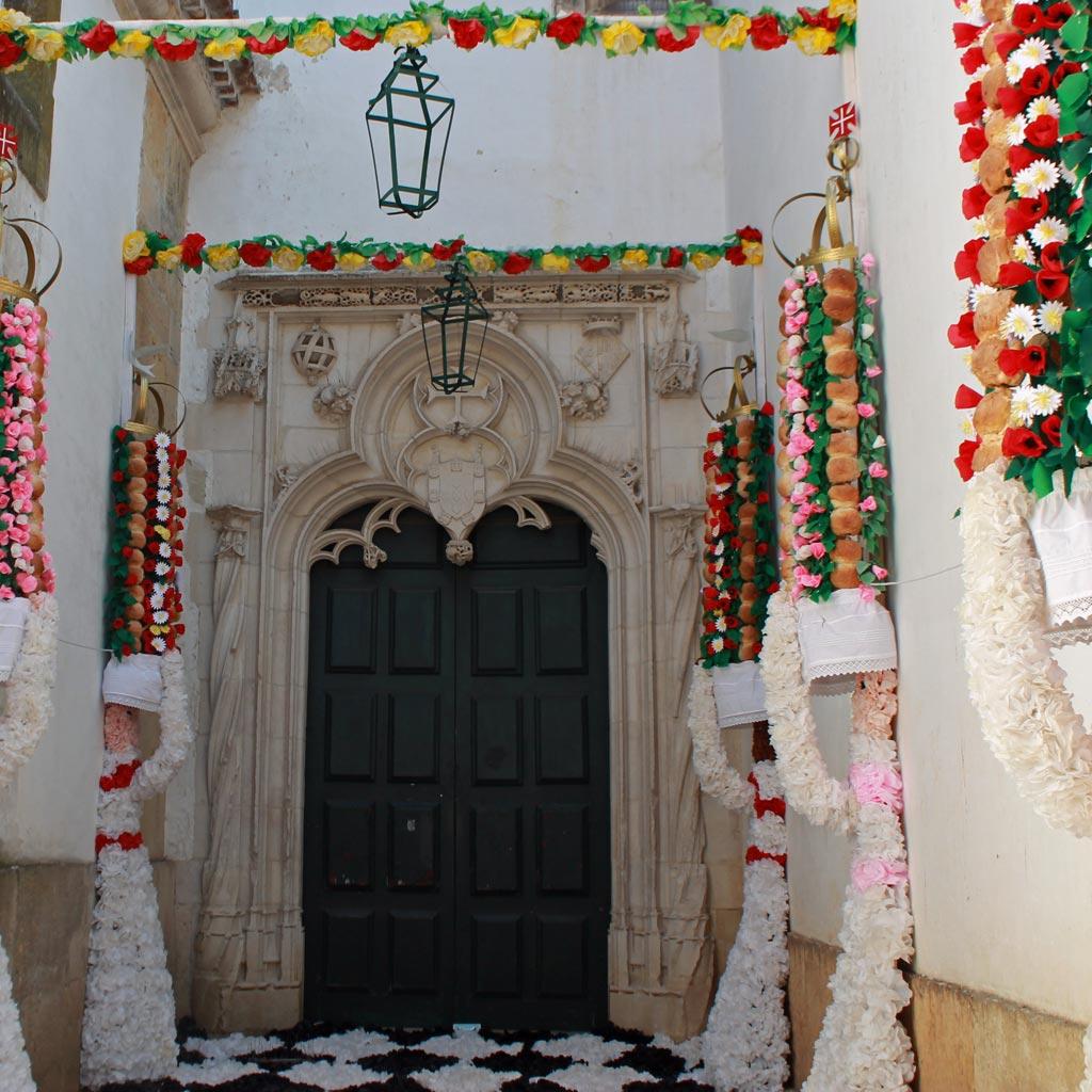 Vor dem Nebeneingang einer Kirche hängen Tabuleiros: hohe, mit Papierblumen geschmückte Brotkörbe, die einmal in vier Jahren in einer festlichen Prozession durch die Stadt getragen werden.