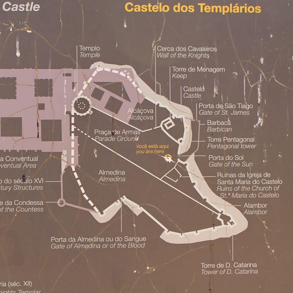 Planskizze des Wehrklosters von Tomar im Herzen Portugals mit verschiedenen Bauepochen. Die im Grundriss runde Urkirche (im Plan als Templo/Temple bezeichnet) nimmt nur einen winzig kleinen Teil des ummauerten Areals ein.