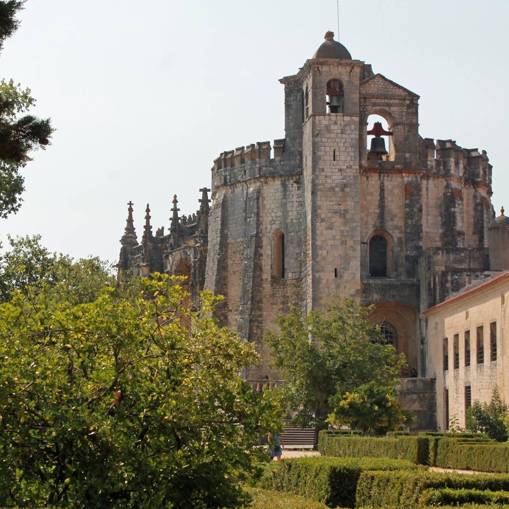 Die Urkirche der Tempelritter aus dem Jahr 1160 ist ein 16-eckiger, hoch aufragender Zentralbau mit Glocketürmen und Zinnen.