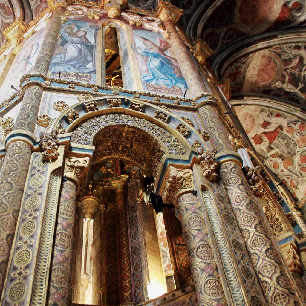 Hochmittelalterliches Oktogon der Tempelritter im Inneren des Zentralbaus mit Goldzierrat und farbigen Malereien.