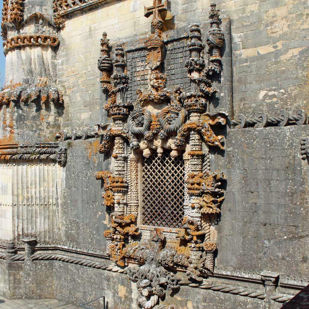 """Die reich verzierte """"Janela do Capítulo"""" (Fenster des Kapitelhauses) mit Schmuckelementen im manuelinischen Stil, die die Meeresflora nachahmen und auch andere maritime Themen aufnehmen – das alles in Tomar im Herzen Portugals, weit weg von der Küste."""