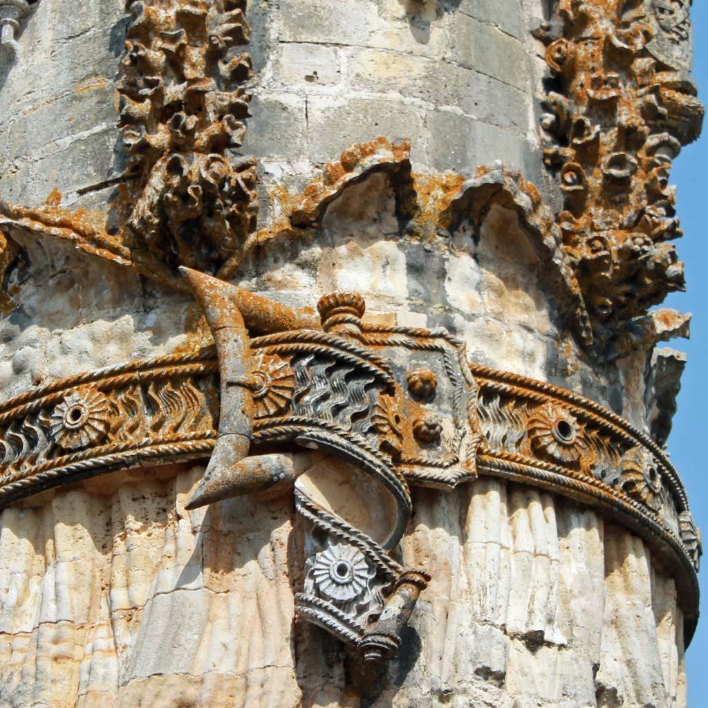 Ungewöhnlicher Baudekor für eine Kirche: Schmuckgürtel mit realistisch dargestellter Gürtelschnalle