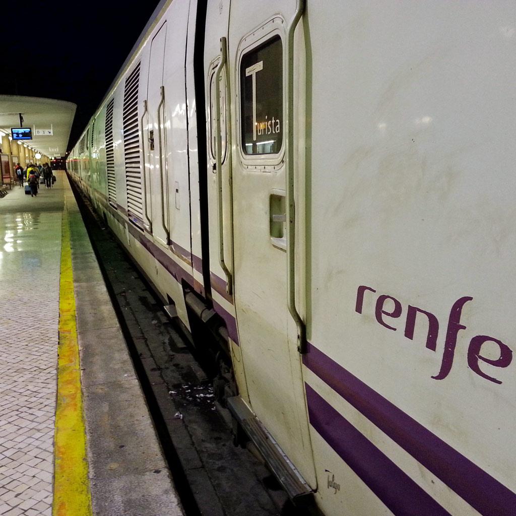 Der Nachtzug steht abfahrbereit im Lissabonner Bahnhof Santa Apolónia; aus: Urlaub in Lissabon: 10 Reisetipps für Individualisten
