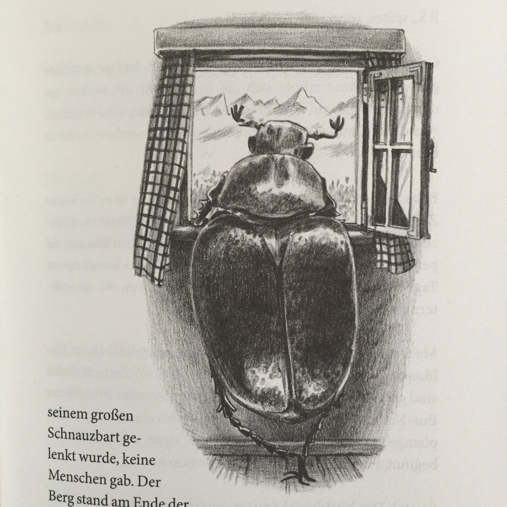 Eine Zeichnung. Ein Hirschkäfer steht aufrecht, wie ein Mensch, an einem geöffneten Fenster, stützt die Arme auf den Fenstersims und schaut hinaus. In der Ferne eine skizzierte Bergkette.