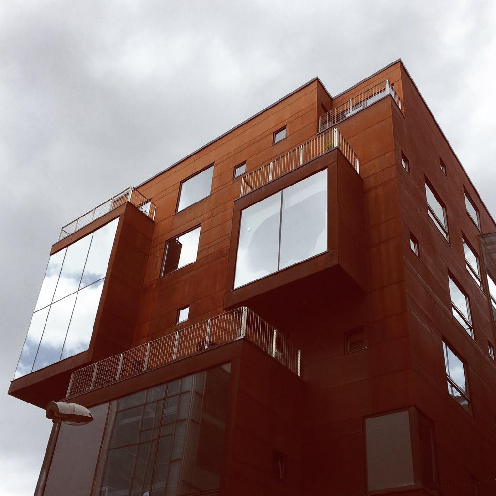 Modernes Gebäude im Rotermann Viertel von Tallinn.