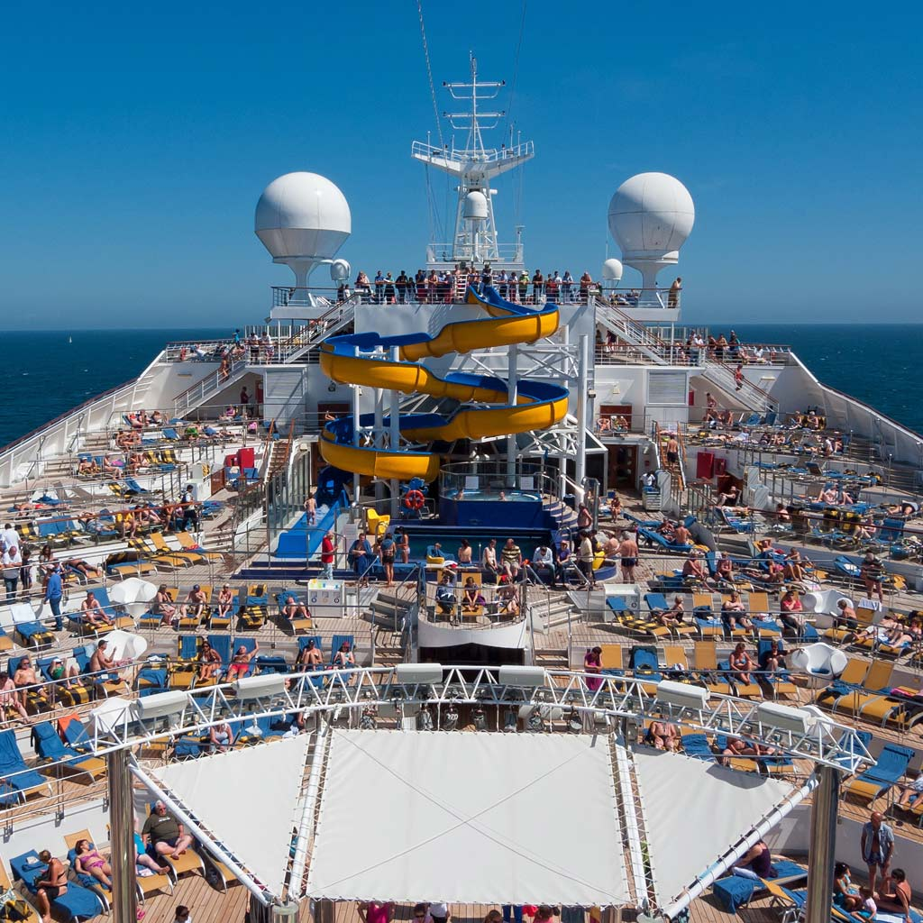 Deck eines Kreuzfahrtschiffs, aus: Tourismus und Menschenrechte – egal oder nicht?