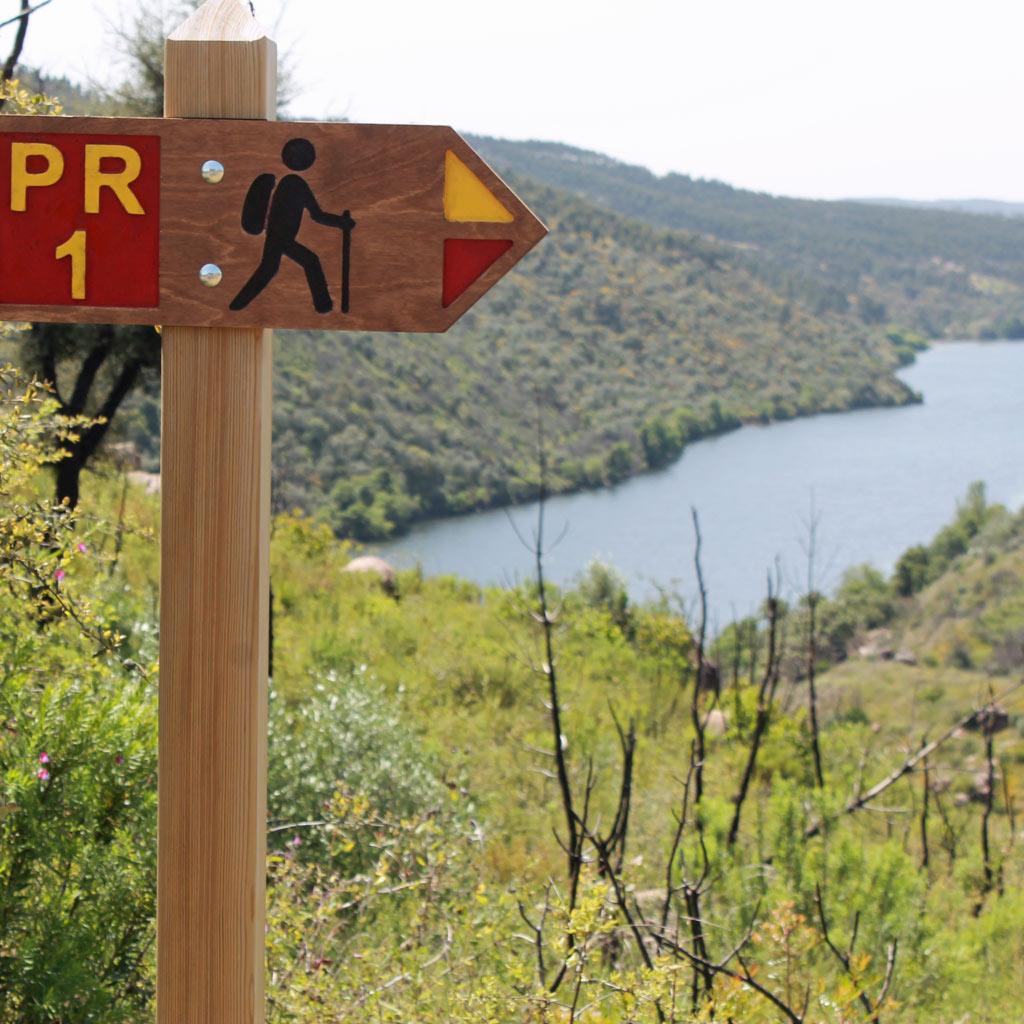Wegweiser für Wanderer, im Hintergrund der gestaute Tejo