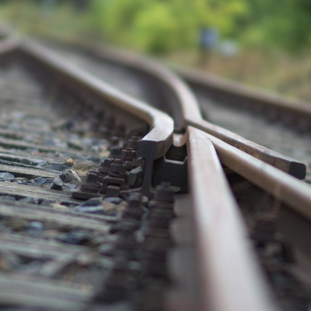 Eine Gleisweiche in Nahaufnahme als Symbol dafür, dass Flug Tools wie Google Flights in die falsche Richtung weisen.