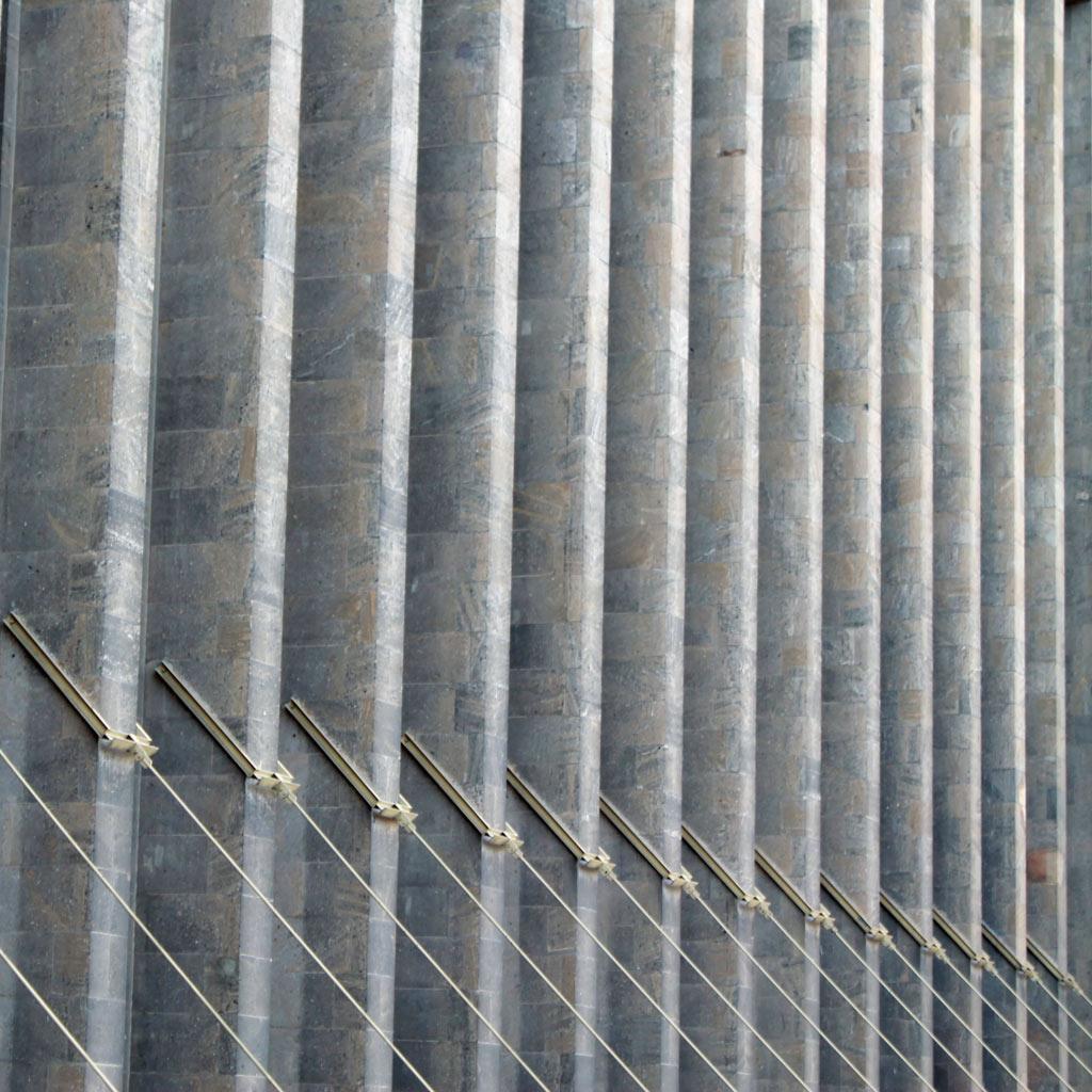 Selbst dieser Hinterhof im Flughafen Berlin Tempelhof ist geprägt von monumentalen Fensterpfeilern in Reih und Glied