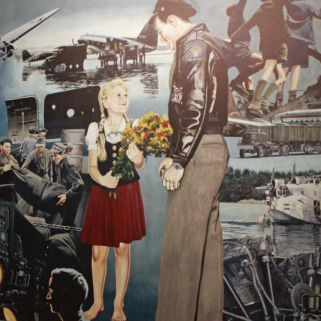 Ein Wandbild à la Hollywood in der Abfertigungshalle im Flughafen Berlin Tempelhof feiert den amerikanischen Piloten als Helden der Luftbrücke