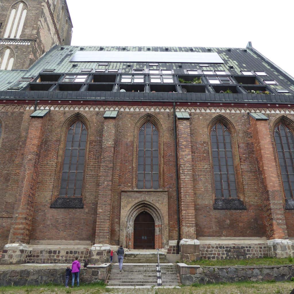 Blick auf das Querschiff der roten Backsteinkirche Nikolaikirche in Rostock mit ausgebautem Kirchendach.