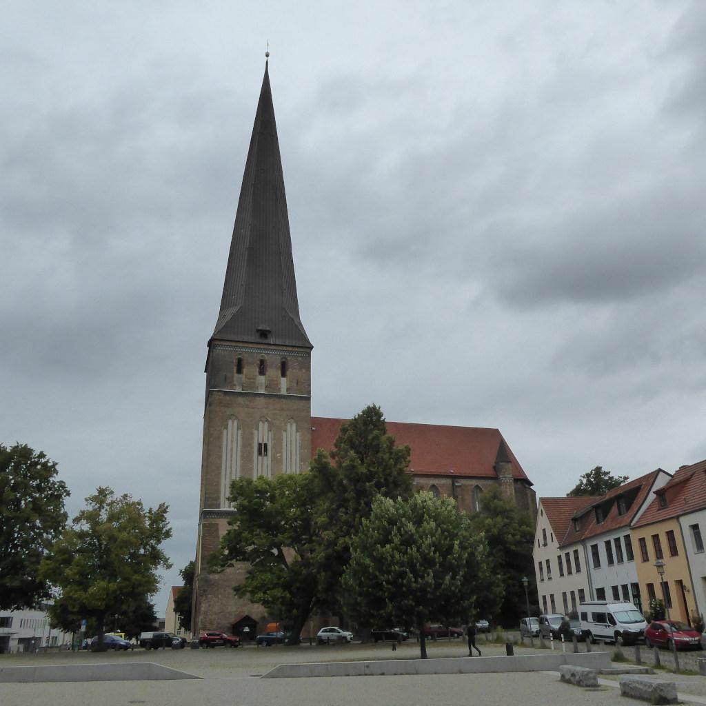 Blick auf die Petrikirche in Rostock mit ihrem 117 Meter hohen Turm bei bewölktem Himmel.