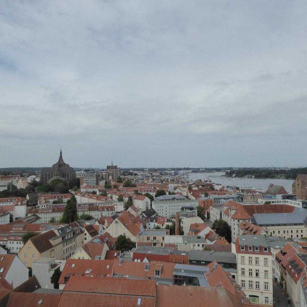 Ein Meer aus Dächern unter bedecktem Himmel. Aussicht vom Turm der Petrikirche.