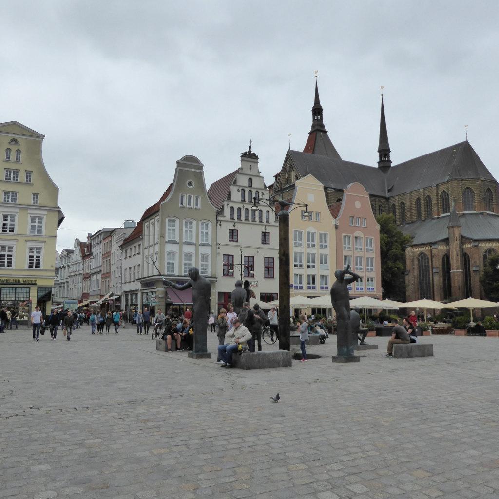 Blick auf einen Marktplatz bei bedecktem Himmel. Es ist der Neumarkt in Rostock.