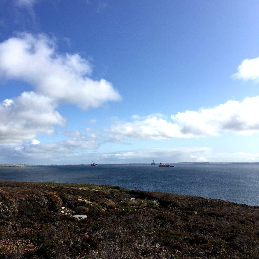 Ein Blick aufs Wasser, hier den Scapa Flow. In der Ferne erkennbar: Öl-Bohrinseln