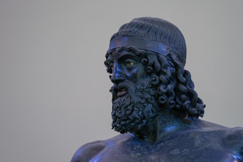 Der Kopf der Bronze von Riace A. Die Augen sind mit weißem Stein eingelegt, die Lippen mit rotem Kupfer.