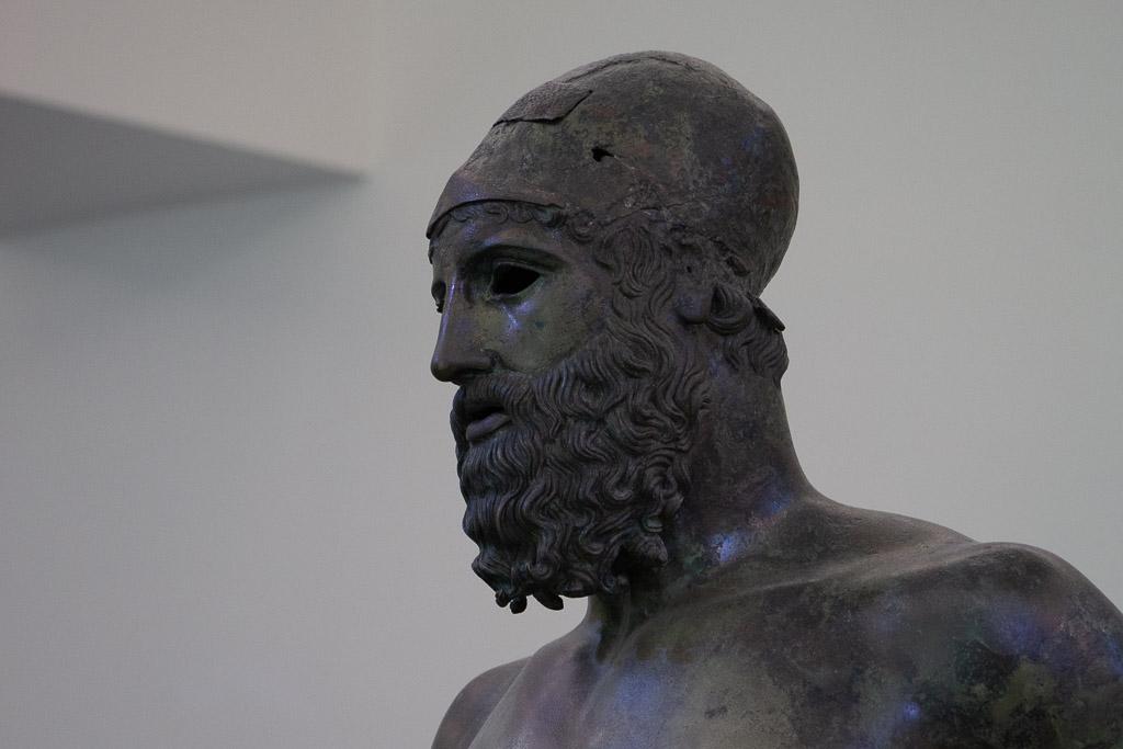 Detail des Kopfes der Bronze von Riace B. Das Gesicht ist grün angelaufen.
