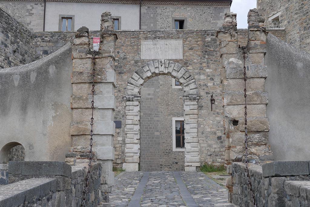 Die Brücke zum Kastell von Melfi aus groben Steinen. Im Hintergrund das Tor zu Burg.