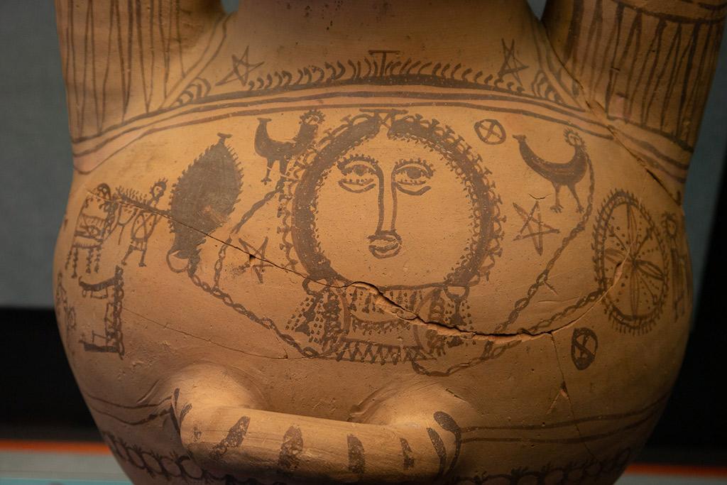 Eine Vase aus rotem ton im Museum von Melfi ist mit naiven Zeichnungen von Hähnen und Menschen verziert.