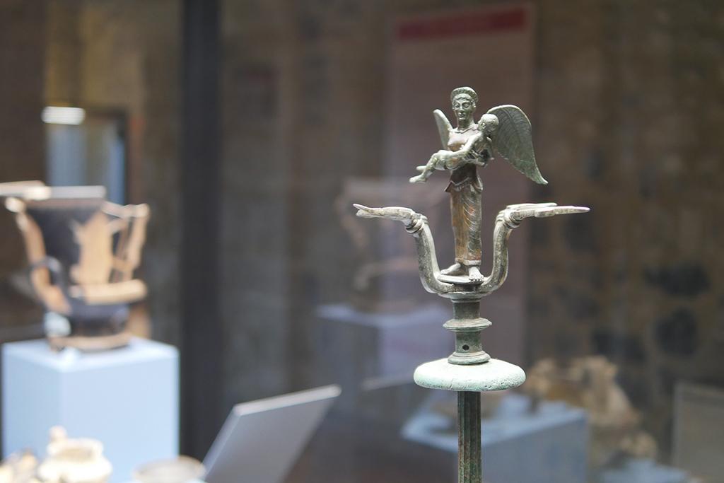 Kleine Skulptur aus Bronze. Eine Frau mit Flügeln trägt einen Mann. Meisterwerken aus dem Nationalmuseum in Melfi.